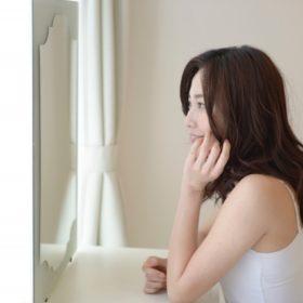 鏡を見る婚活中の女性